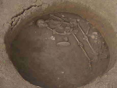 Sepoltura risalente all'Età del Bronzo nel sito di Ludas-Varjú-dulo, in Ungheria, e datato al 1200 a.C. (Janos Dani/Deri Museum, Debrecen, Hungary)