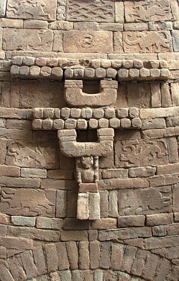 Un muro della M3 contenente diversi animali mitologici. In cima a destra e a sinistra vi sono cervi sacri. In basso due Xiezhi. In mezzo, in senso orario a partire da in alto a sinistra: l'Uccello Vermiglio, la Tartaruga Nera, il Dragone Azzurro e la Tigre Bianca (Chinese Cultural Relics)