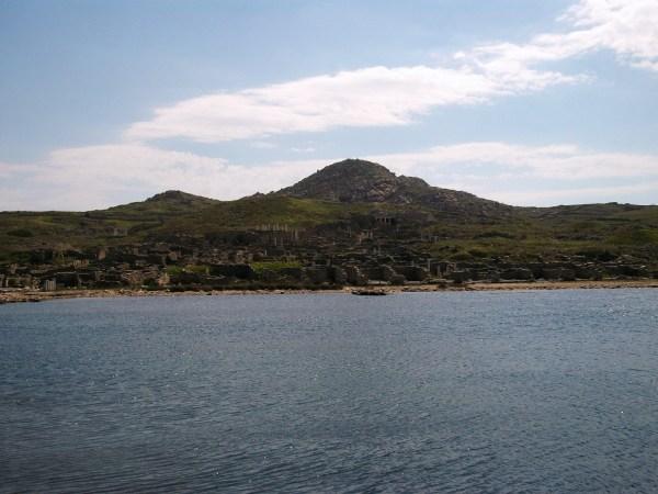 L'isola vista dal mare (wikimedia)