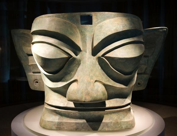 Una delle maschere di bronzo di Sanxingdui (Bill Perry, Shutterstock.com)