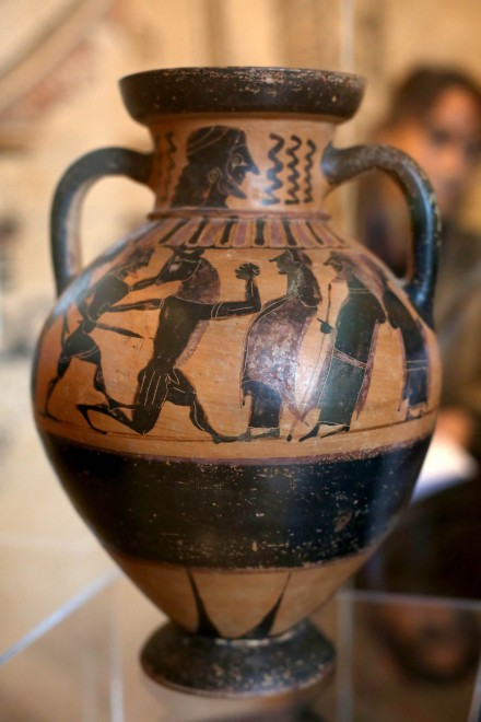 Il pezzo ritrovato considerato il più prezioso: l'anfora corinzia del VI secolo a. C. che racconta il mito di Teseo probabilmente trafugata in una necropoli etrusca (F3Press)