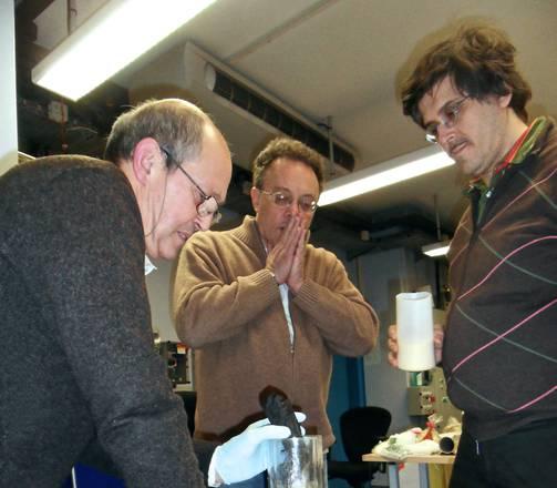 I ricercatori al lavoro sui papiri di Ercolano (J. Delattre)