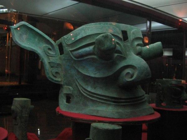 Testa in bronzo di Sanxingdui (wikimedia)