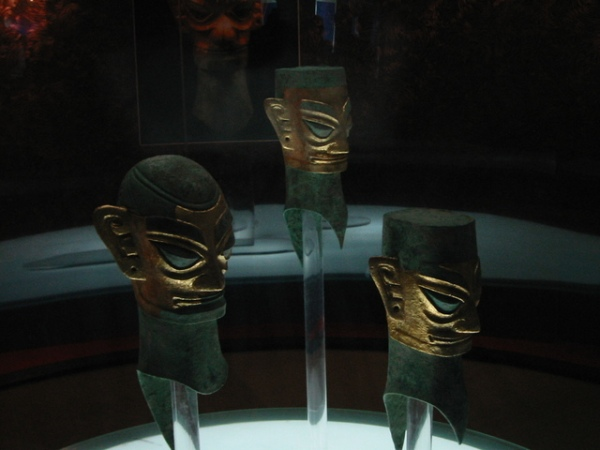 Teste di bronzo di Sanxingdui, con maschere in lamina d'oro (wikimedia)