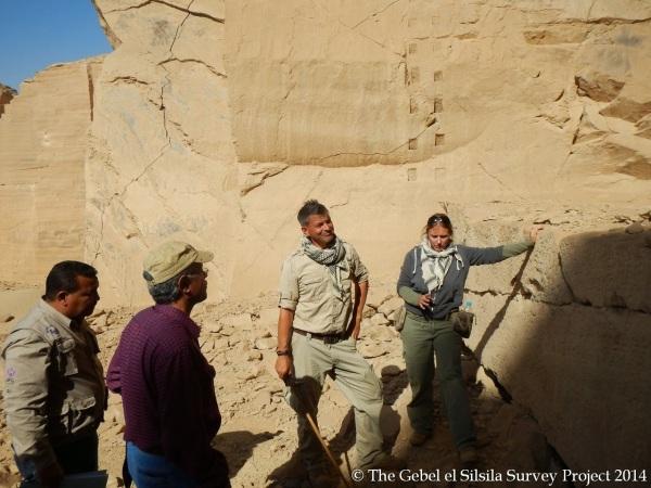 Maria Nilsson e  John Ward mostrano le scoperte a Nasr Salama (Direttore Generale di Assuan) e Abd el Menum (Direttore Generale di Kom Ombo) (Gebel el Silsila Survey Project)