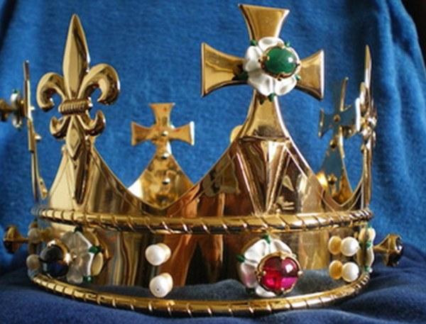 La corona funeraria deposta nella tomba, commissionata e donata da John Ashdown-Hill