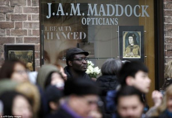 Alcuni negozi espongono nelle vetrine le immagini del sovrano (AFP, Getty Images)