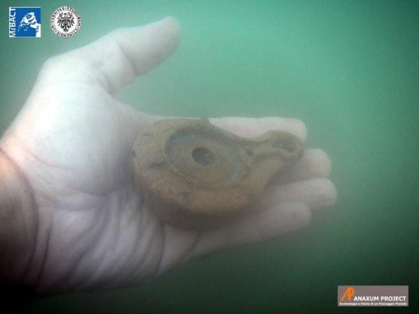Recupero di una lucerna con bollo (fine I-II secolo d.C.) (Anaxum Project)