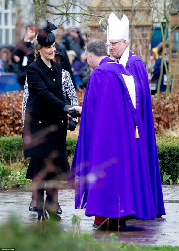 Sophie, contessa di Wessex saluta (da destra) il vescovo di Leicester Tim Stephens e il decano di Leicester David Monteith (newsteam)