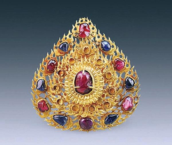 Una forcina per capelli d'oro a forma di fiamma. Grande 11,2 cm, ha ancora sei rubini e sei zaffiri intorno a un grande rubino (Courtesy of Chinese Cultural Relics)