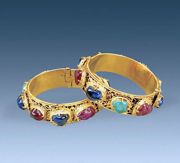 Un paio di braccialetti d'oro, con disegni floreali e gemme (Courtesy of Chinese Cultural Relics)