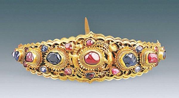 Un'altra forcina incrostata di rubini e zaffiri (Courtesy of Chinese Cultural Relics)