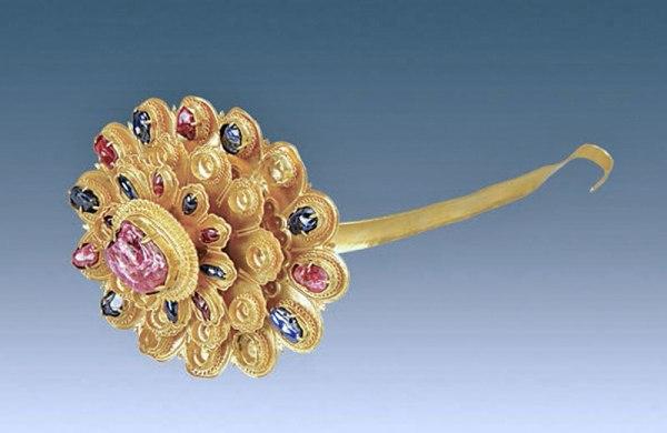 Forcina d'oro a forma di crisantemo. Ha un grande rubino al centro, e diversi zaffiri e rubini sui petali. (Courtesy of Chinese Cultural Relics)