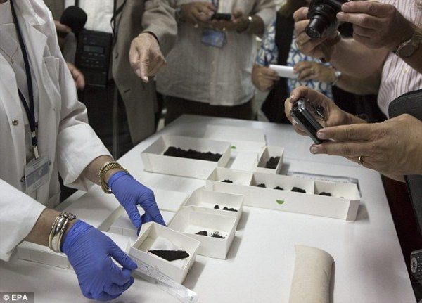 Il rotolo e altri frammenti rinvenuti insieme (EPA)