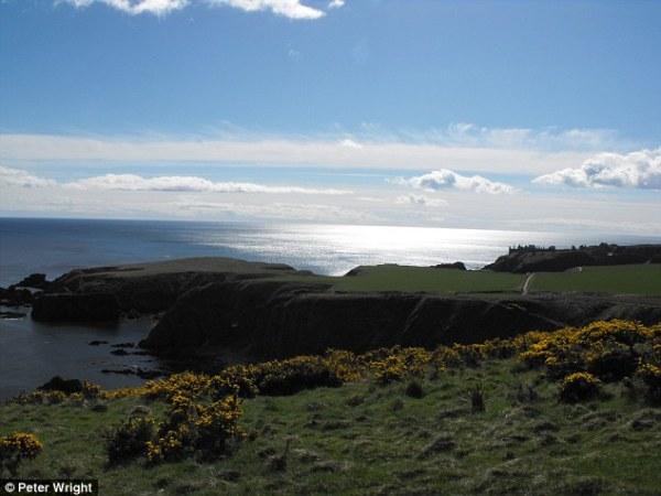 Dunnicaer e, in lontananza, il castello di Dunnottar (Peter Wright)