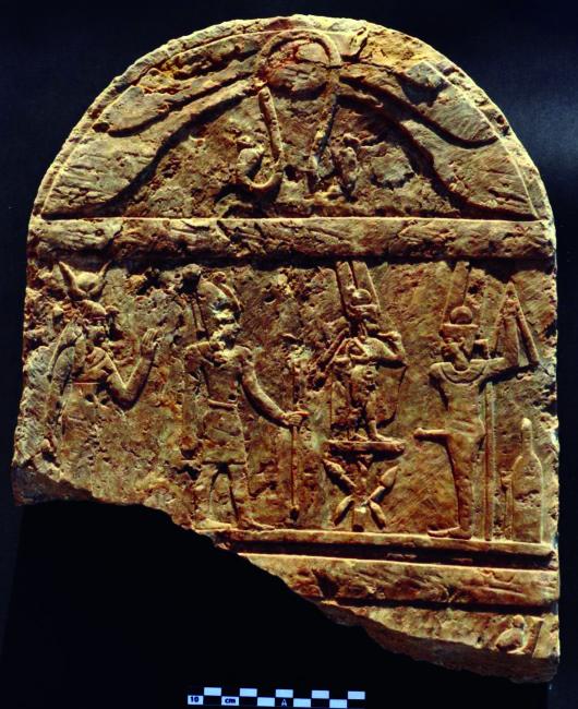 Stele in stile egizio faraonico ma di epoca romana. Mostra, da sinistra, Hathor/Iside, un imperatore il cui nome è andato perduto, Arpocrate e Min/Pan (S.E. Sidebotham)