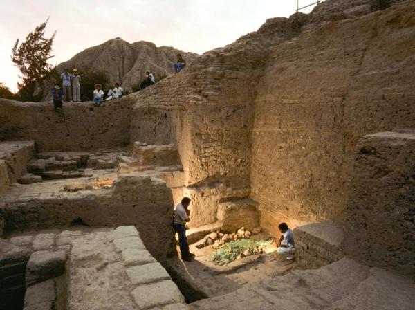 L'archeologo Walter Alva durante lo scavo del sito pre-Inca (Nathan Benn, Ottochrome, Corbis)
