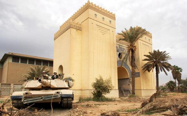 Un carroarmato statunitense in posizione presso il Museo Nazionale Iracheno nel 2003 (Gleb Garanich, Reuters)