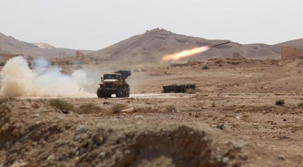 Un lanciamissili siriano spara a postazioni dell'ISIS. Il gruppo terroristico ha conquistato Palmira il 20 maggio 2015 (Stringer, EPA, Redux)