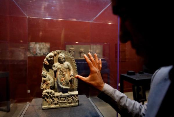 Una statua in mostra al Museo Nazionale di Kabul, un decennio dopo che il museo era stato completamente distrutto e svuotato (Rahmat Gul, AP)