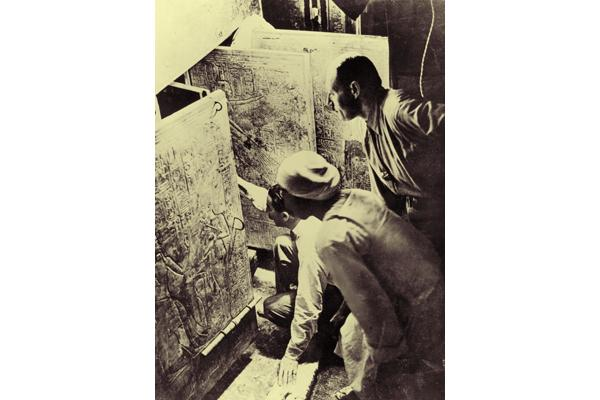 Howard Carter nella tomba (al Ahram)