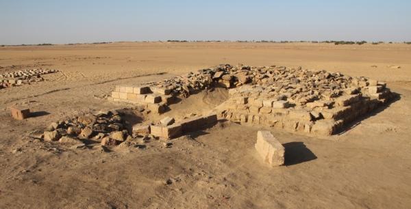 Una delle 16 piramidi (D. A. Welsby; Copyright SARS NDRS Archive)