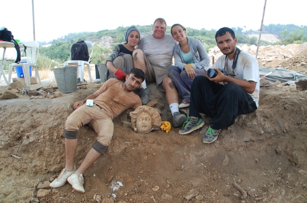 Michael Hoff insieme agli studenti archeologi turchi (Michael Hoff, Hixson-Lied professor of art history, University of Nebraska-Lincoln)