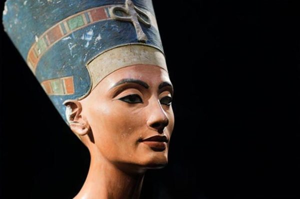 Il busto di Nefertiti (public domain)