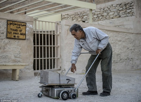 Hirokatsu Watanabe controlla il radar prima di entrare nella tomba (AFP, Getty Images)