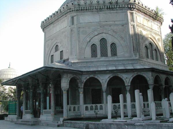 Mausoleo di Solimano I detto il Magnifico e della moglie Rosselana nel cimitero della Moschea di Solimano di Istanbul (Wikimedia)