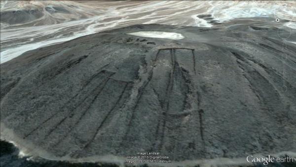 """Sul lato di un vulcano in Arabia Saudita sono state trovate quattro """"porte"""" (Google Earth)"""