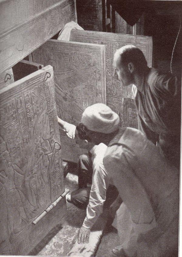 Howard Carter apre la tomba di Tutankhamon nel 1922 (Wikipedia)