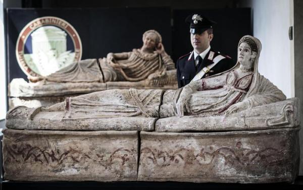 Un momento della presentazione, all'interno della Caserma La Marmora, dei reperti archeologici recuperati (ANSA / ANGELO CARCONI)