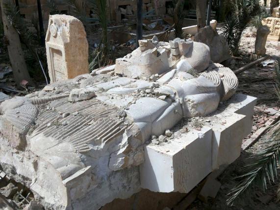 Una statua danneggiata all'ingresso del museo (REUTERS/SANA/Handout via Reuters)