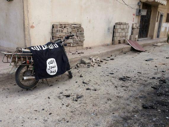 Una bandiera dell'ISIS abbandonata su un motorino (REUTERS/SANA/Handout via Reuters)
