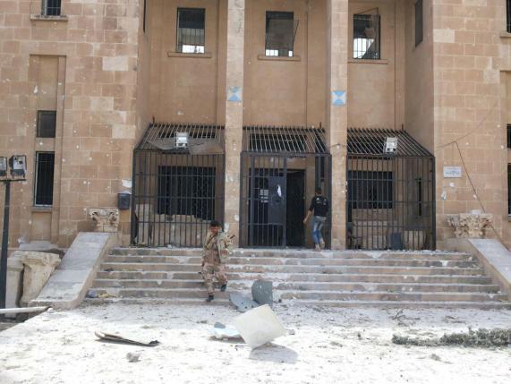 Un soldato siriano governativo davanti al Museo di Palmira (REUTERS/SANA/Handout via Reuters)