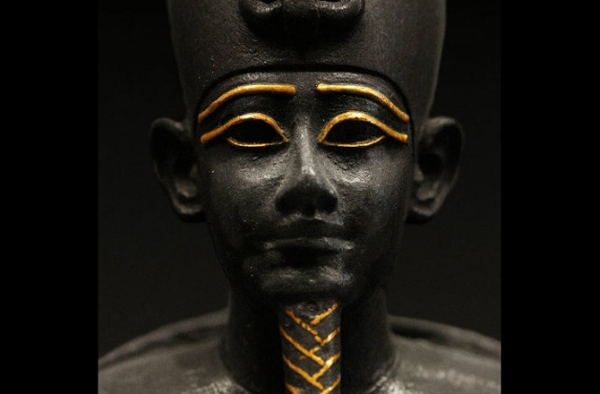 Statua di oro e bronzo di Osiride del Periodo tardo dell'Egitto, 664-332 a.C. (Wikimedia)