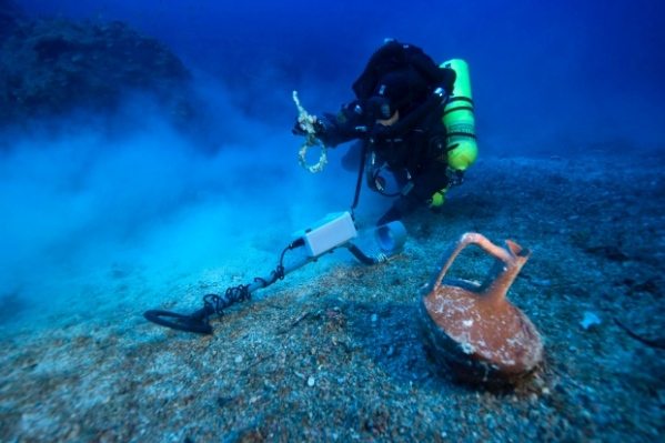 Un sub col metal detector al largo dell'isola di Anticitera (Brett Seymour, ARGO via Greek Culture Ministry, Associated Press)