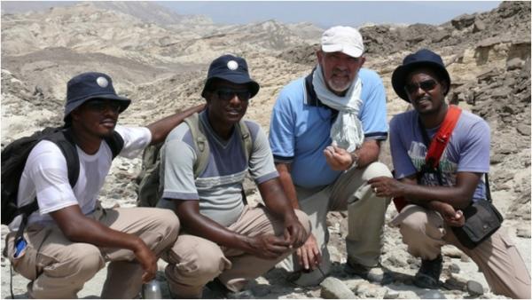 Il coordinatore degli scavi, Alfredo Coppa, con alcuni collaboratori (Sapienza, Università di Roma)