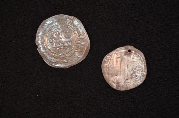 Due monete d'argento, probabilmente provenienti da un luogo lontano quanto l'Afghanistan (Museum Silkeborg)