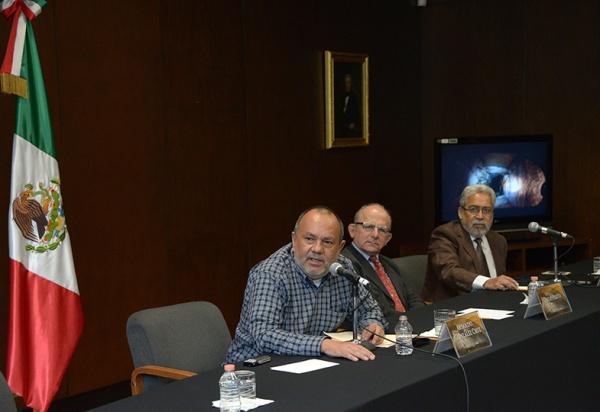 L'archeologo Arnoldo González Cruz, direttore del Proyecto Arqueológico Palenque; Diego Prieto, segretario tecnico dell'INAH, e Pedro Francisco Sánchez Nava, coordinatore nazionale di archeologia (Héctor Montaño, INAH)
