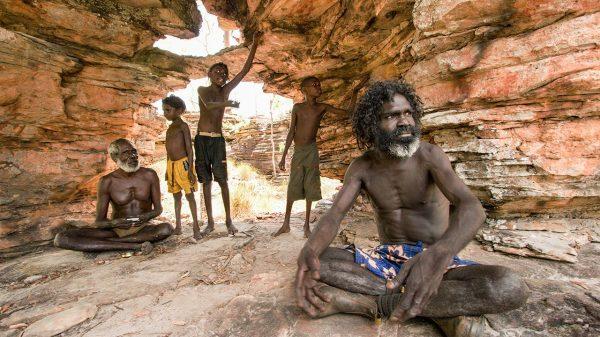 Un anziano aborigeno spiega gli antichi costumi ai ragazzi a Mudjawakalal, in Australia (Penny Tweedie/Alamy Stock Photo)