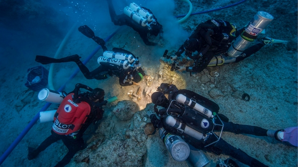 Gli archeologi Brendan Foley, Theotokis Theodoulou e Alex Tourtas scavano il relitto di Antikythera Shipwreck, assistiti da Nikolas Giannoulakis e Gemma Smith (Brett Seymour, EUA/WHOI/ARGO)