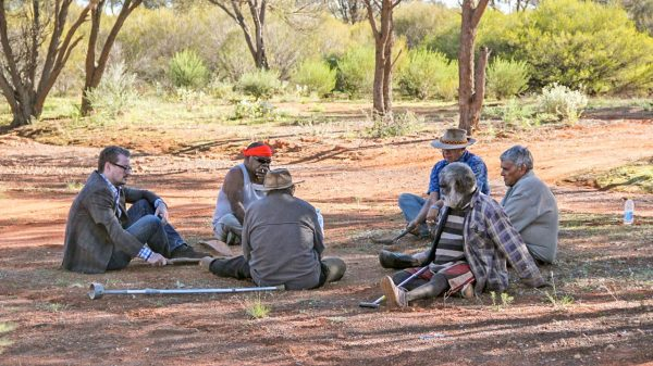 Eske Willerslev (a sinistra) incontra gli anziani aborigeni durante la sua ricerca (Science)