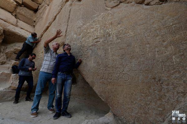 I ricercatori di Scan Pyramids sul lato nord della piramide, oggi ricoperta di graffiti del XIX e XX secolo (ScanPyramids mission)