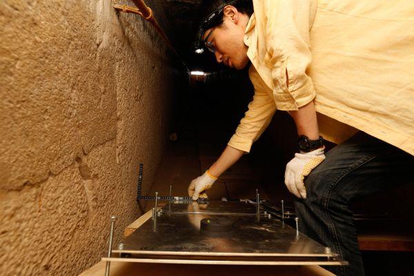 Uno scienziato giapponese dell'Università di Nagoya installa le piastre (ScanPyramids mission)
