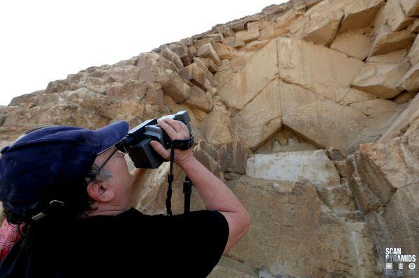 """Oltre alla muografia, è stata effettuata un'indagine a infrarossi nella parte con le pietre a """"v"""" capovolta, trovandovi un'anomalia (ScanPyramids mission)"""