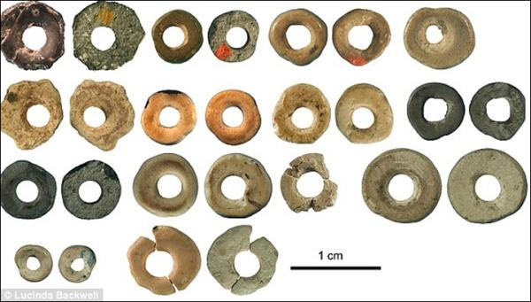 Le perline di guscio d'uovo scoperte nella Border Cave, risalenti tra i 44.856 e i 41.010 anni fa (Lucinda Backwell)