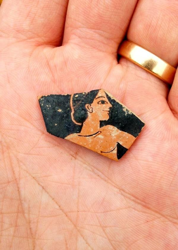 Il frammento di ceramica a figure rosse (SIA/EFAK/YPPOA)