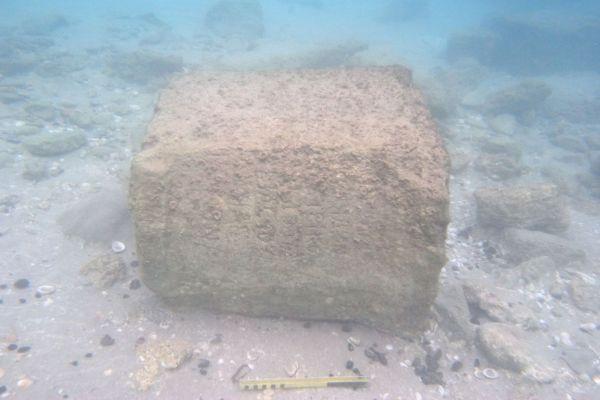 Il blocco di pietra, trovato a 1,5 metri sott'acqua ed esposto grazie a una tempesta (Ehud Arkin Shalev)